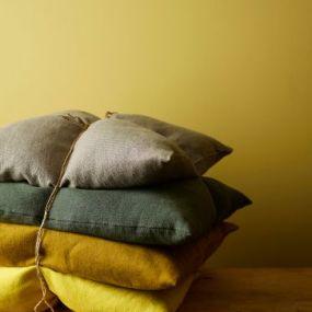 Stapel kussens op elkaar, bind er een touw om en klaar ben je - gevonden bij InteriorInsider